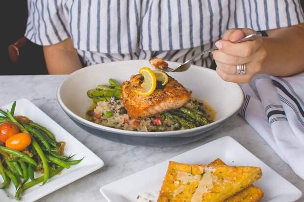 Вкусный ужин: рис с лососем и свежими овощами