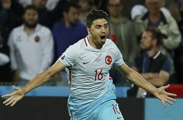 25-летний хавбек сборной Турции Озан Туфан ведет переговоры с двумя московскими клубами РПЛ