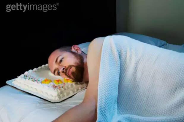 Мужчина пытается уснуть......на торте