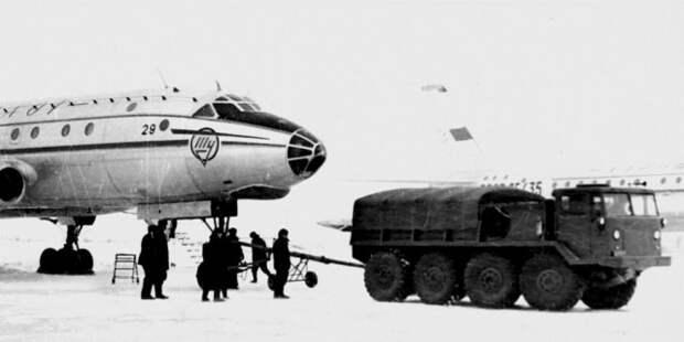 Аэродромный вариант ЗИЛ-134А при буксировке самолета Ту-104  история, ссср, факты