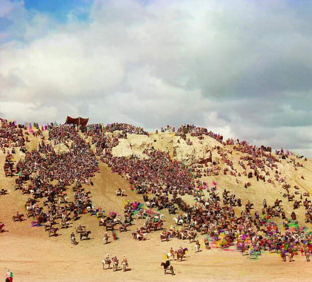 Один из древнейших и популярнейших видов конных скачек у многих тюркских народов. Самарканд, начало 20 века.