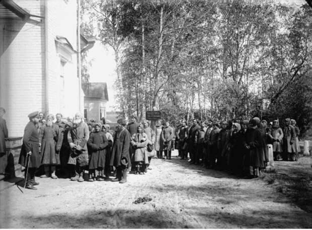 Крестьяне у земского начальника в городе Княгинино.