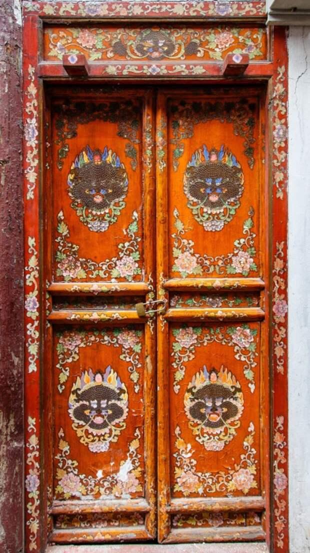 Красочная оригинальная дверь.