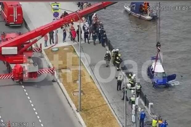 В дептрансе Москвы рассказали подробности ЧП с падением авто в реку