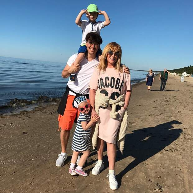 Красотка в белых леггинсах: как Алла Пугачева ест печеньки сына и не толстеет