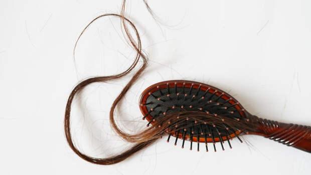 Российский дерматовенеролог назвал причину выпадения волос