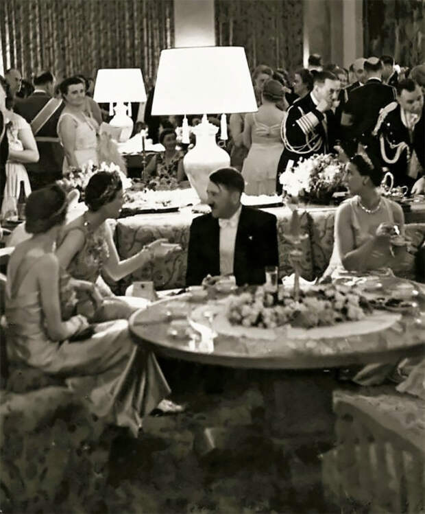Адольф Гитлер беседует с югославской принцессой Ольгой в 1939 году.