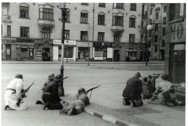 Freedom_fighters_at_Strandboulevarden_in_Copenhagen._5th_May_1945_(9443121280).jpg