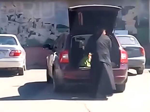 Священником, перевозившим ребенка в багажнике, занялась полиция