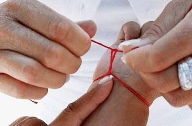 красная нить на запястье, как завязывать, молитва