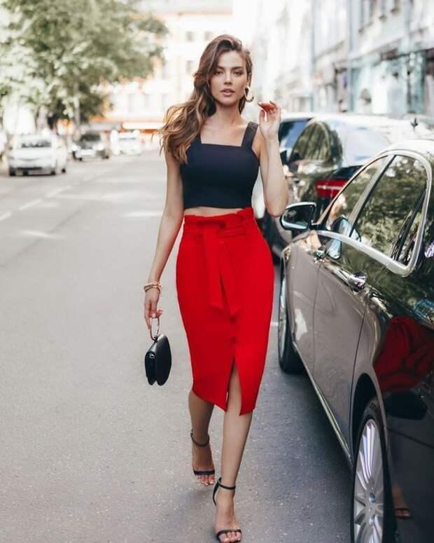 С чем носить красную юбку летом: 10 сочных и страстных решений