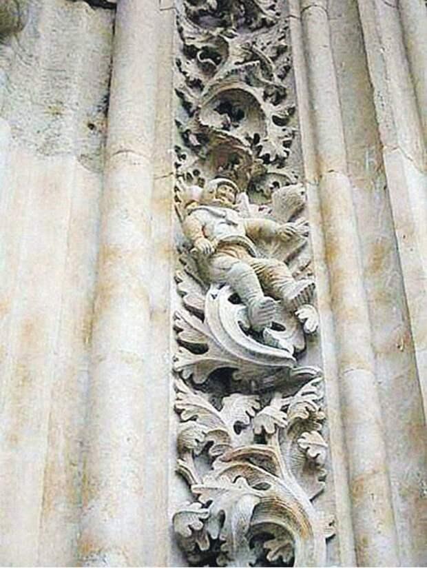 В средневековом соборе нашли картину с головой в медицинской маске: откуда она там взялась