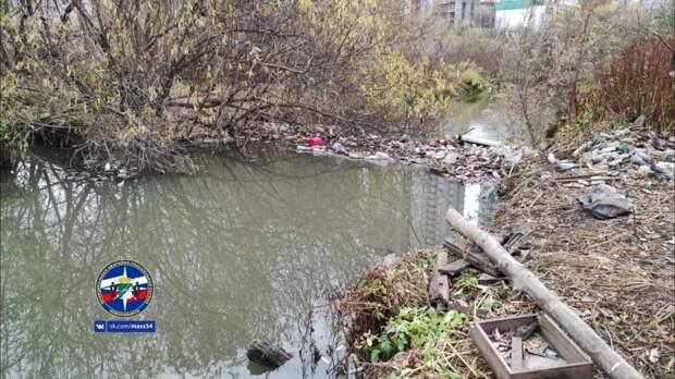 Спасатели три часа доставали бутылки из реки Каменка, чтобы в половодье не затопило частные дома