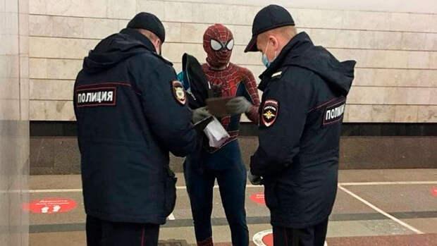 """Полицейские задержали в московском метро """"Человека-паука"""""""
