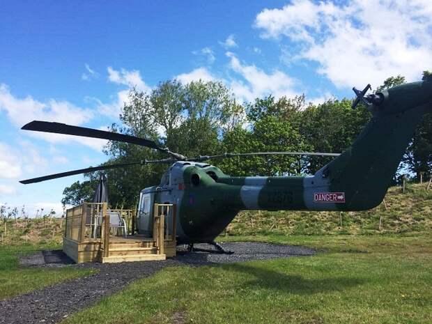 Возле номера в боевом вертолете создали открытую террасу для отдыха на открытом воздухе (Westland Lynx XZ262). | Фото: mirgamarjoba.ru.