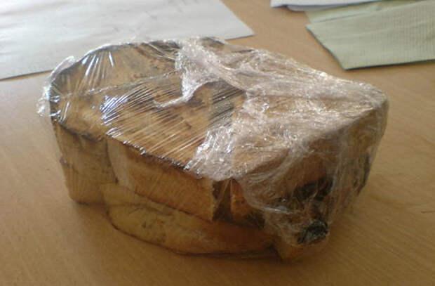 Кладем свежий хлеб в морозилку: там он может лежать месяцами и потом будет мягким