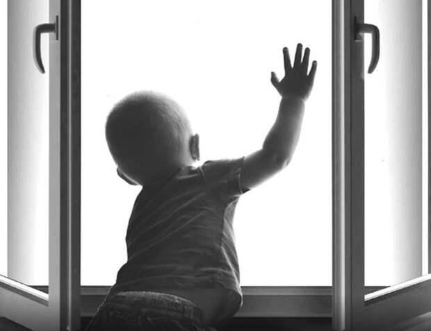 Трехлетний ребенок выпал из окна дома в Тульской области