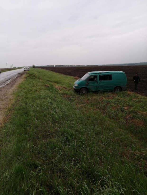 Два человека пострадали в результате опрокидывания Volkswagen Transporter в Пронском районе