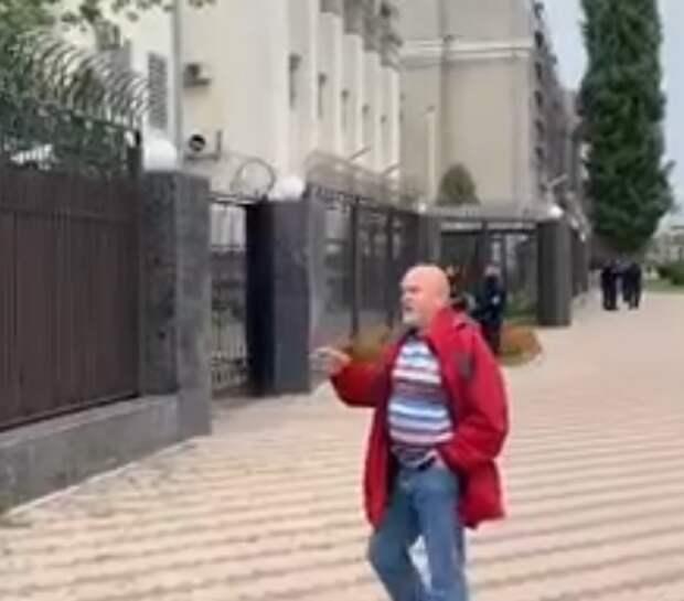 Мужчина устроил провокацию возле посольства России на Украине