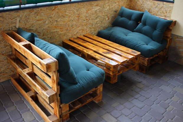 Садовая мебель из простых деревянных поддонов — это современная классика.