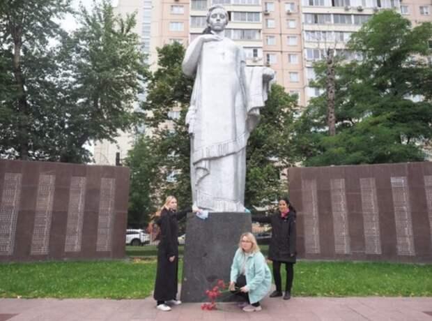 Соцработники из Южнопортового отмыли монумент «Вечная слава» от грязи и пыли