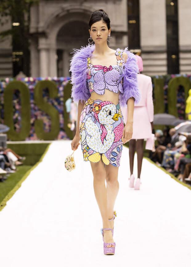 Мультяшные герои на платьях и бутылочки для молока вместо сумок: Moschino создали коллекцию для тех, кто отказывается взрослеть