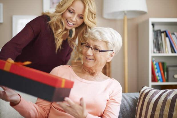 Что подарить маме на 50 лет - юбилей: от сына, от дочери (список подарков)
