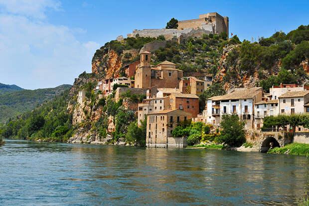 Панорама городка Миравет в каталонском округе Рибера-д'Эбре, Испания