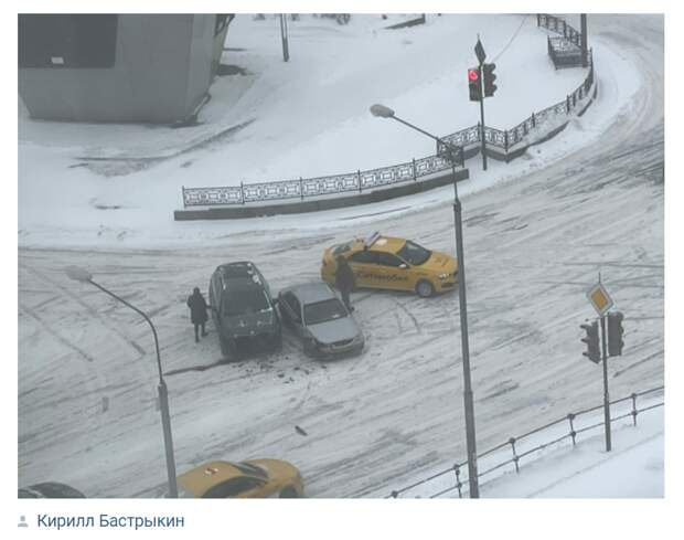 На перекрестке Привольной и Генерала Кузнецова столкнулись автомобили
