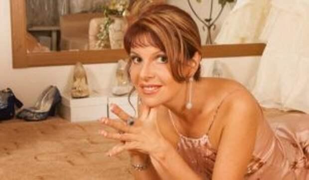 Обмазанная пеной голая Наталья Штурм возбудила интимным видео