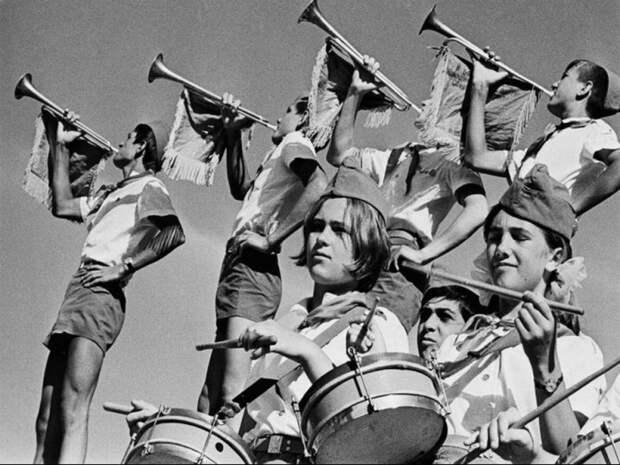 Утрення зарядка в  лагере начиналась с пионерского горна и боя барабанов. 1960 год.