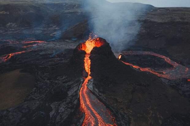 Фотограф сжег свой дрон в жерле вулкана ради эффектных кадров. Видео