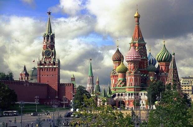 Ураганный ветер в Москве сорвал зубец со стены Кремля
