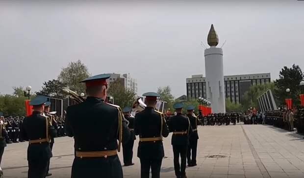 Наплощади Памяти вТюмени проходит праздничный парад (Трансляция)