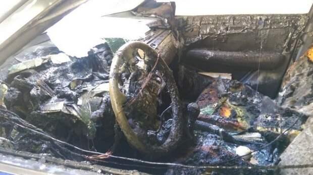 Неизвестные сожгли дотла автомобиль матери следователя по делу Merlion