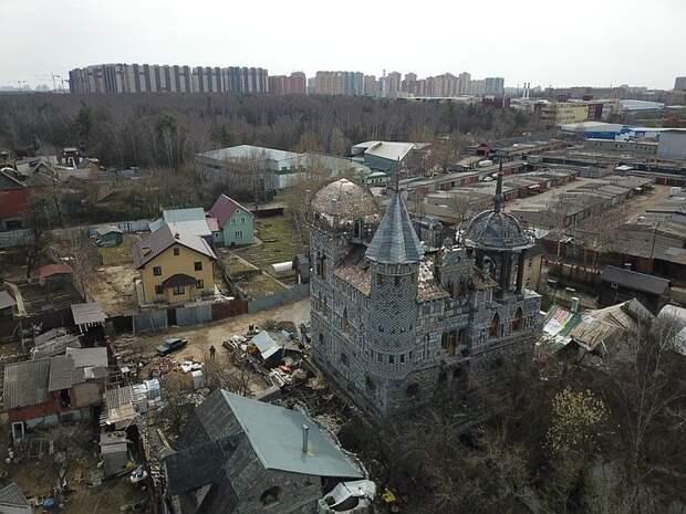 «Замок Дракулы» в Балашихе: зачем инженер строит особняк с каменными атлантами