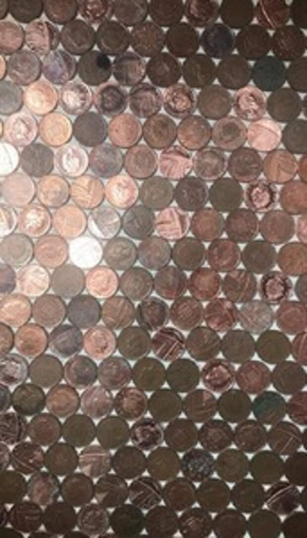 Никто не понимал, зачем женщина собирает монетки. А она их применила для дизайна кухни: фото