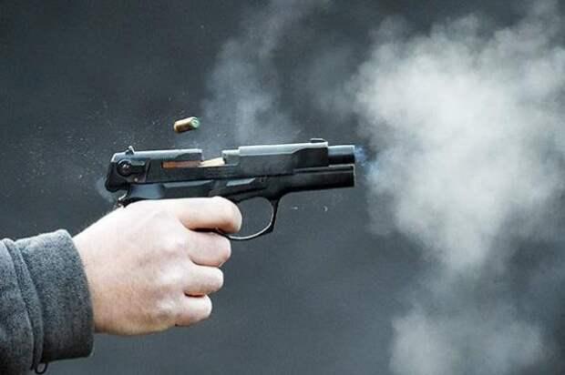 Акционист Крисевич в ходе перфоманса у стен Кремля «выстрелил» себе в голову