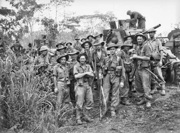 Бойцы 9-й пехотной дивизии позируют на фоне «матильд» awm.gov.au - «Адский остров»: трагедия 18-й японской армии | Военно-исторический портал Warspot.ru