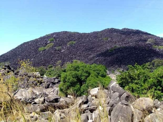 Загадочная черная гора в Австралии
