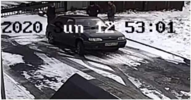 Воры украли крышку люка и сами же в него провалились (1 фото + 1 видео)