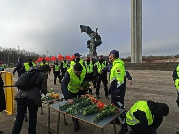 Латвийские полицейские закрыли доступ кпамятнику Освободителям Риги