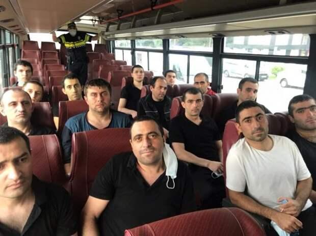 Азербайджан передал Армении 15 военнопленных взамен накарту минных полей
