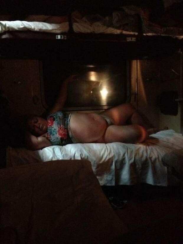 Единый билет в Крым! Пикантные фото из поездов - просьба от смеха не плакать (фото 16+)