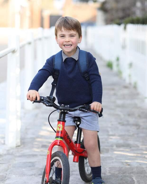 Принц Луи на велосипеде