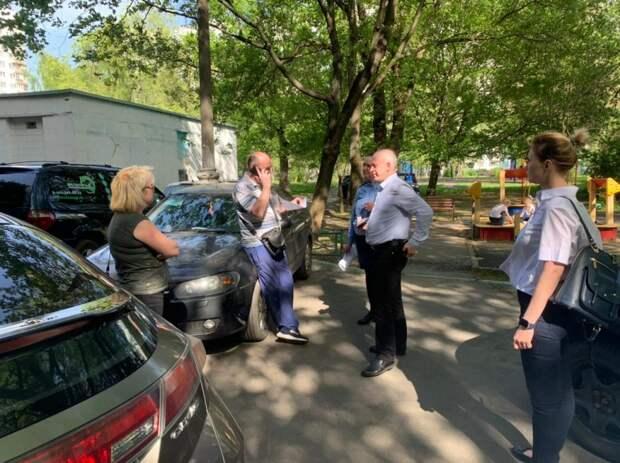 Автомобили двух должников за коммуналку в Лианозове арестовали и увезли на штрафстоянку