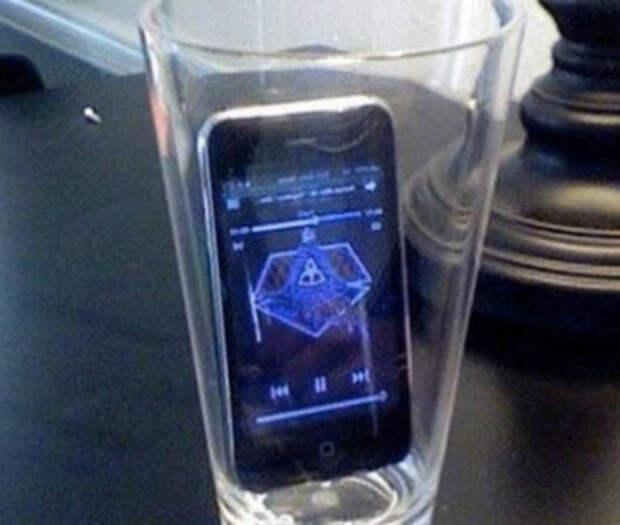 Если положить телефон в пустой стакан, громкость музыки значительно увеличится.