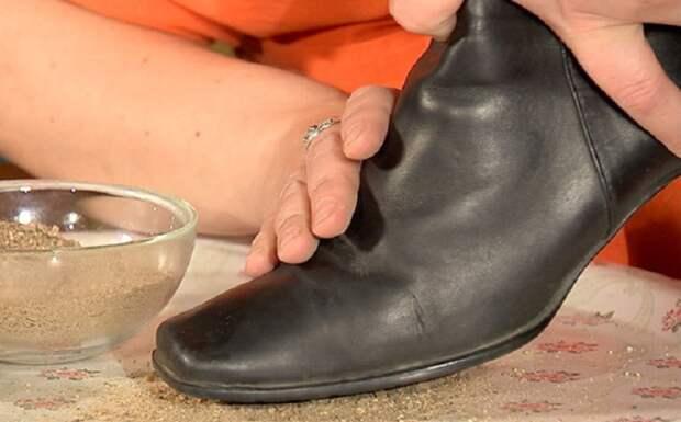 На подошву старой обуви можно приклеить песок крупной фракции / Фото: sovetclub.ru