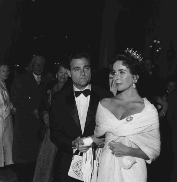 Элизабет Тейлор в старинной тиаре на своей первой церемонии номинации на «Оскар» в 1957 году