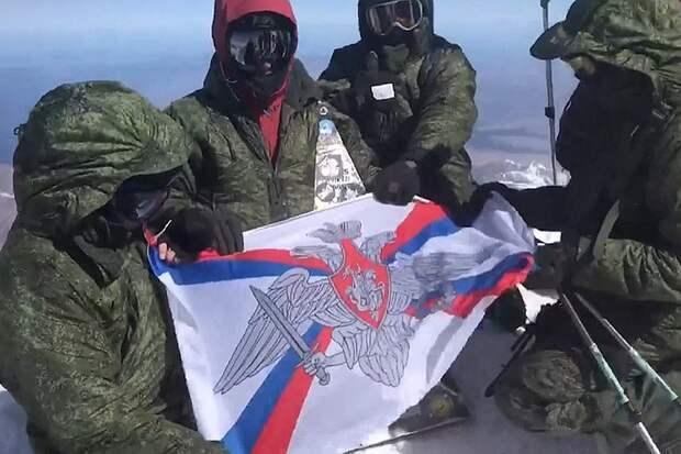 В память Победы над вершинами Эльбруса подняли российские флаги